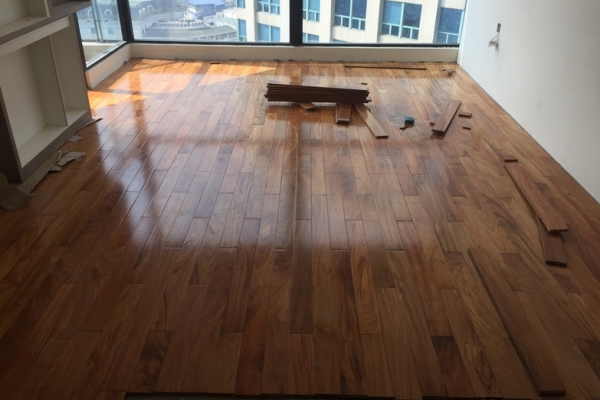 Giữ cho sàn gỗ tự nhiên được bền đẹp cần tránh ẩm và ánh sáng chiếu trực tiếp
